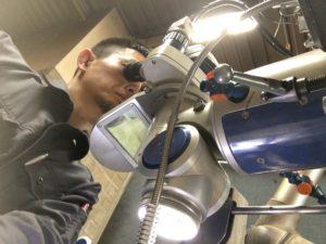 レーザー溶接作業を下向き撮影