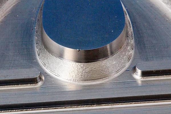 打こんキズの補修に伴う肉盛溶接は、最もよくあるレーザー溶接加工の例です。
